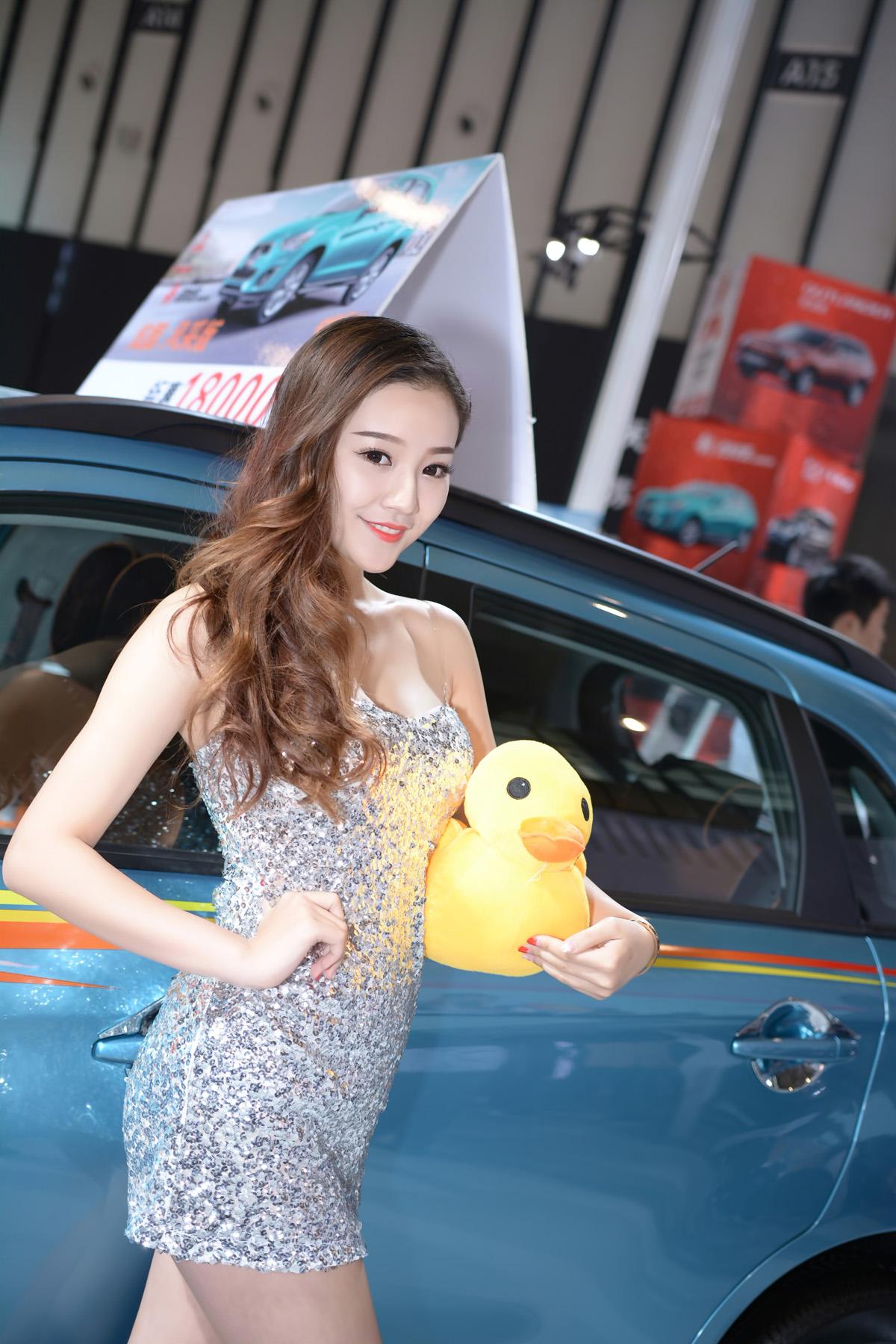 性感婀娜的大美女和她的鸭子