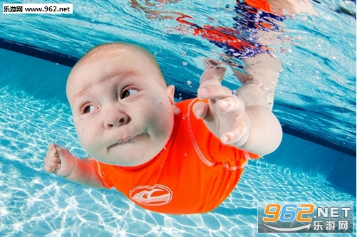 ( 国外一组小宝宝在水底游泳照片,正值夏季想必很多小伙伴们都非常喜欢游泳吧,赶紧收集这些可爱的萌宝游泳照片给自己带来清凉一夏吧!下面就是超萌可爱水底宝宝表情包的下载! )